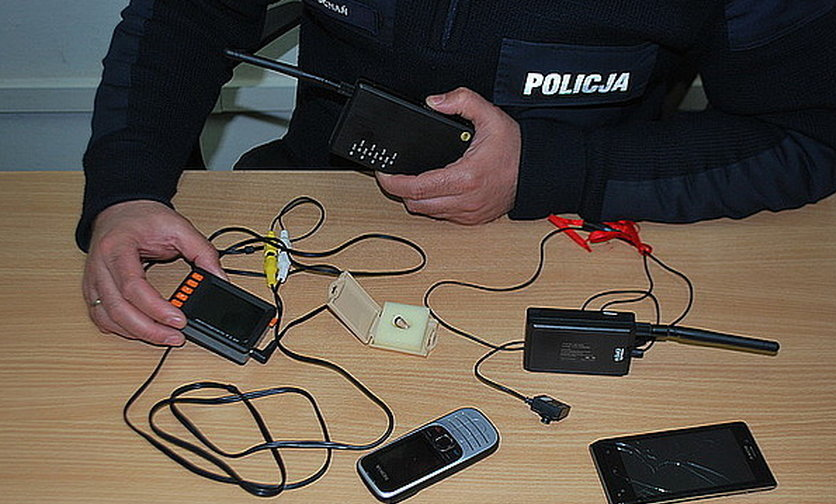 Policjant sprawdza podsłuchy